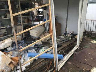 台風で壊れたプレハブ