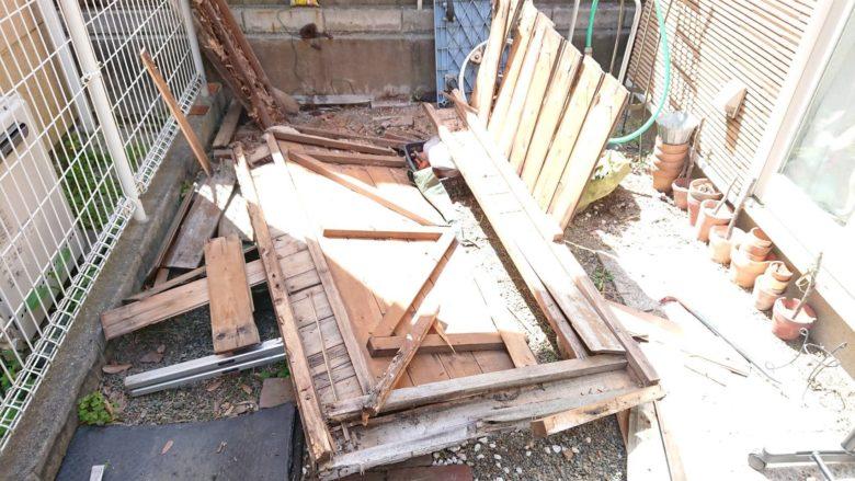 解体中の木製物置