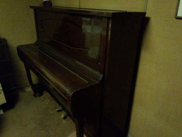 地下にあるアップライトピアノ