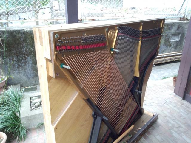 外に出したピアノ