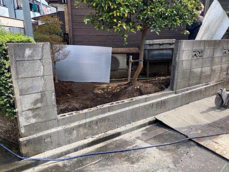 半分まで切ったブロック塀